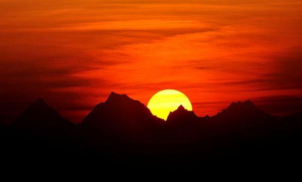 El sol emergiendo del Himalaya en India. Imagen de Abhijit Kar Gupta / Wikipedia.