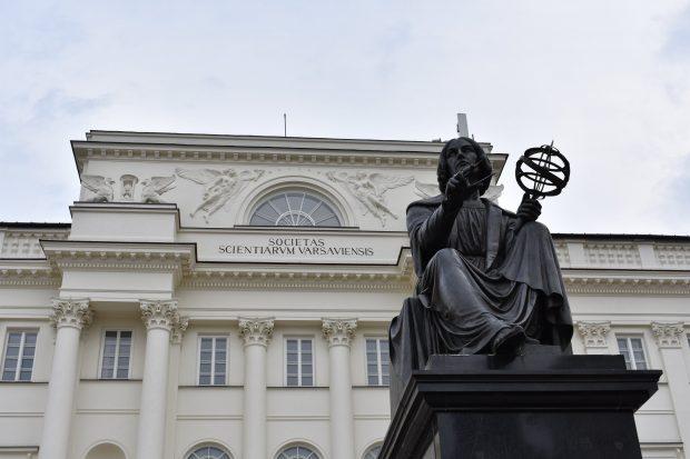Estatua de Copérnico frente a la Academia Polaca de Ciencias. Imagen de Helga Bevilacqua / pexels.com.