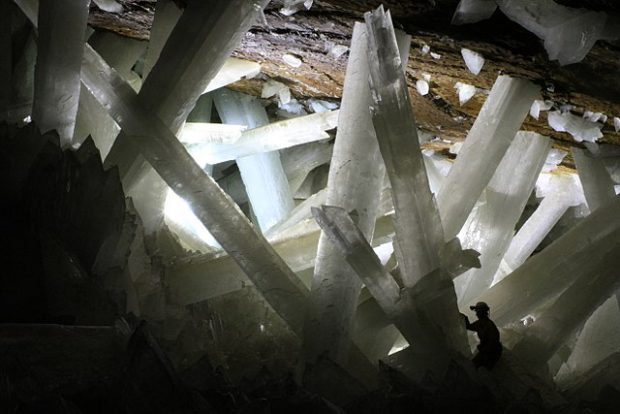 Cristales gigantes de yeso en la cueva de Naica, en México. Imagen de Alexander Van Driessche / Wikipedia.
