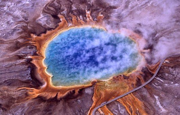 Condiciones extremas para la vida en la Tierra: fuentes termales en el Parque Nacional de Yellowstone (EEUU). Imagen de Jim Peaco, National Park Service / Wikipedia.