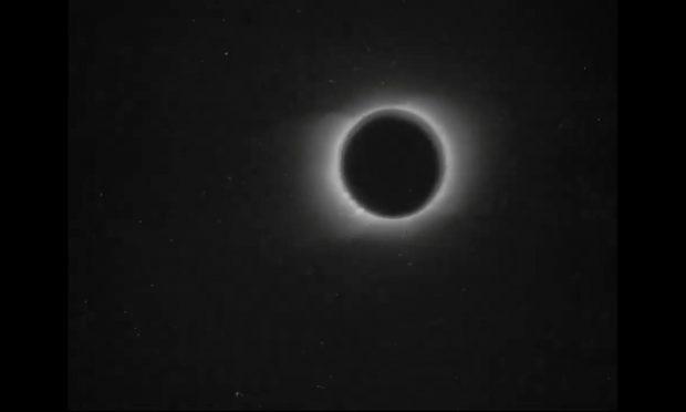 Un fotograma del eclipse de sol rodado por Nevil Maskelyne en 1900. Imagen de BFI.