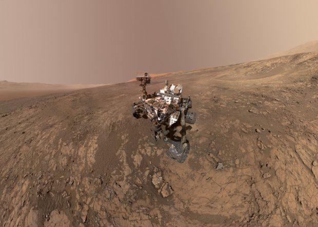 Autorretrato del rover Curiosity en Marte, tomado en enero de 2018. La imagen es un mosaico de docenas de fotografías con distintos ángulos, lo que permite borrar el propio brazo de la cámara. Imagen de NASA/JPL-Caltech/MSSS.