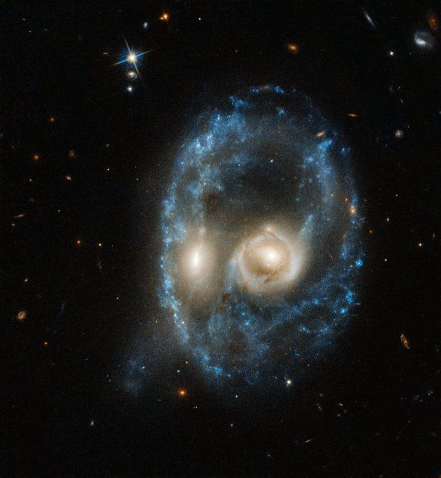 Imagen del sistema Arp-Madore 2026-424 tomada por el Hubble el 19 de junio de 2019. Imagen de NASA, ESA, J. Dalcanton, B.F. Williams, y M. Durbin (University of Washington).