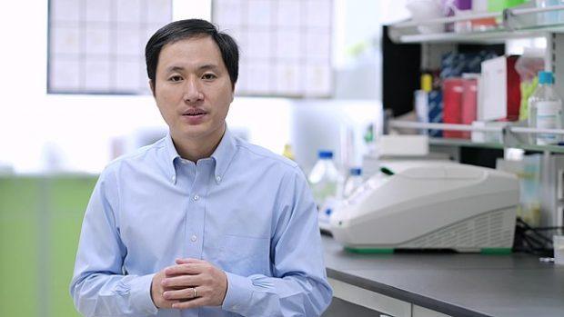 El investigador chino He Jiankui en su laboratorio. Imagen de The He Lab / Wikipedia.