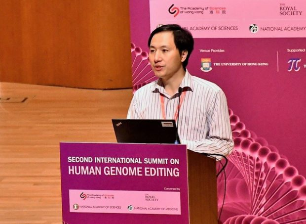El investigador chino He Jiankui en la Segunda Cumbre Internacional de Edición del Genoma Humano, en noviembre de 2018. Imagen de VOA - Iris Tong / Wikipedia.