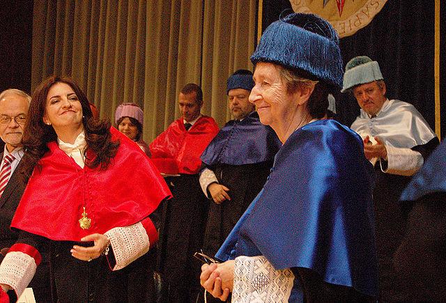 Margarita Salas en 2011, recibiendo el doctorado honoris causa por la UNED. Imagen de honoris023 / Wikipedia.