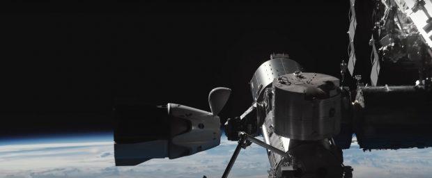 Un fotograma del vídeo que muestra la cápsula Crew Dragon a punto de anclarse a la Estación Espacial Internacional. Imagen de SpaceX.