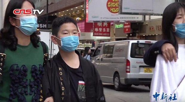 Personas con mascarillas quirúrgicas en Hong Kong durante el brote de coronavirus 2019-nCoV. Imagen de Chinanews.com / China News Service / Wikipedia.