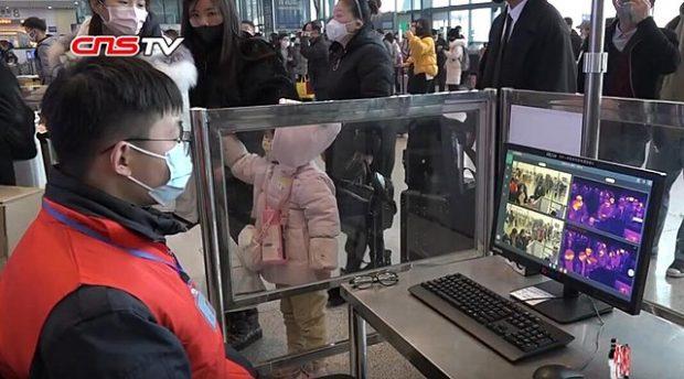 El personal de la estación de ferrocarril de Wuhan controla en los monitores la temperatura de los viajeros. Imagen de China News Service / Wikipedia.