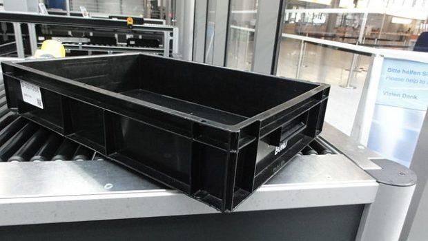 Una bandeja de plástico en el escáner de un aeropuerto. Imagen de Mattes / Wikipedia.
