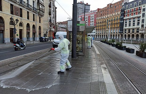 Desinfección en Bilbao por el coronavirus de COVID-19. Imagen de Eusko Jaurlaritza / Wikipedia.