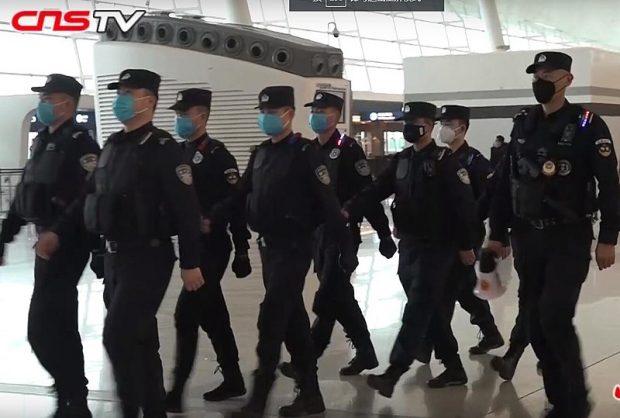 Policías patrullando el aeropuerto de Wuhan en enero de 2020. Imagen de Chinanews.com / China News Service / Wikipedia.