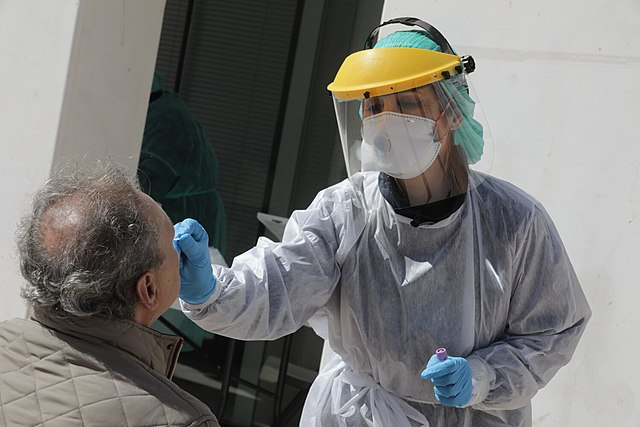 Extrayendo una muestra para una prueba de coronavirus. Imagen de Diario de Madrid / Wikipedia.