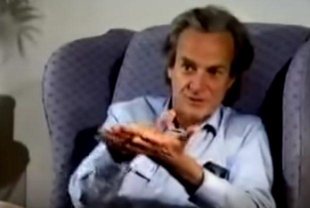 El físico Richard Feynman, no explicando cómo funcionan los imanes. Imagen de YouTube.