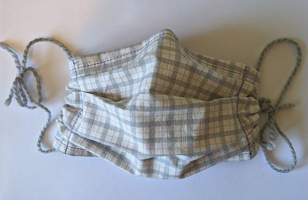 Mascarilla casera de tela, perfectamente válida para la contención de la epidemia. Imagen de Doc James / Wikipedia.