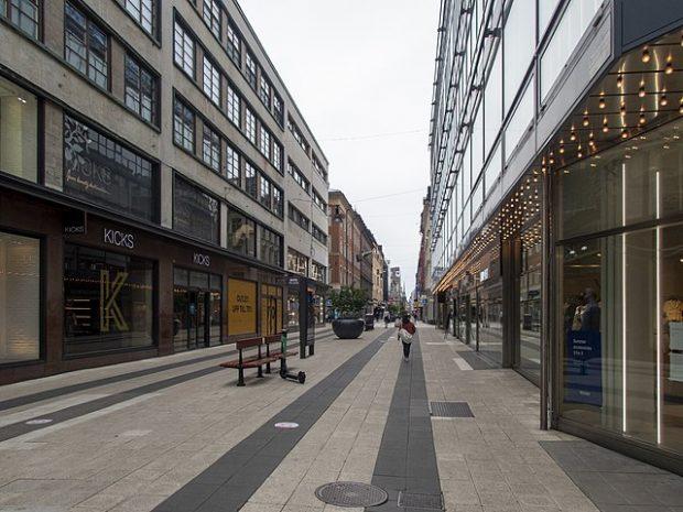 Confinamiento voluntario: una calle de Estocolmo durante la pandemia de COVID-19. Imagen de I99pema / Wikipedia.