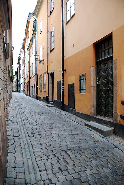 Una calle desierta en Gamla Stan, el centro histórico de Estocolmo. Imagen de Javier Yanes.