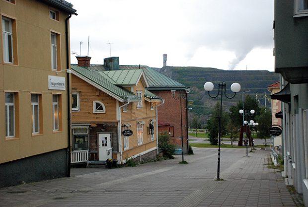 Calles vacías en la ciudad sueca de Kiruna, 145 km al norte del Círculo Polar Ártico. Al fondo, las explotaciones mineras que dieron origen al asentamiento. Imagen de Javier Yanes.