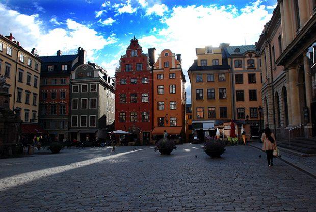 Stortorget, el núcleo del centro histórico de Estocolmo, suele bullir de visitantes en verano. Imagen de Javier Yanes.
