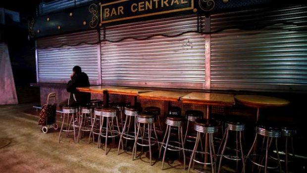 Un bar cerrado en Barcelona. Imagen de Efe / 20Minutos.es.