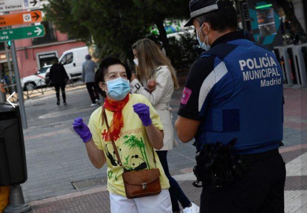 Un control policial en una zona confinada de Madrid. Imagen de 20Minutos.es / Víctor Lerena / Efe.
