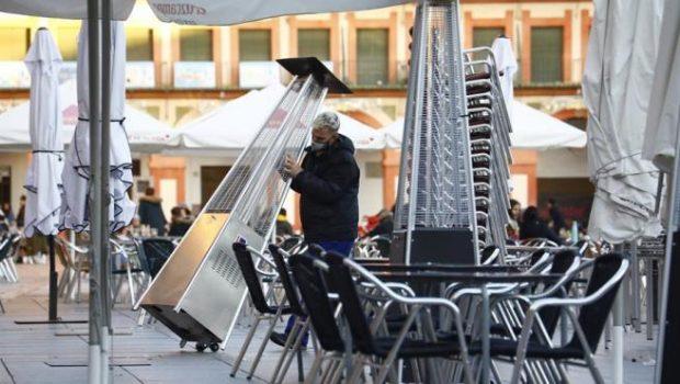 Un trabajador recoge el mobiliario de la terraza de un restaurante en el centro de Córdoba. Imagen de Salas / EFE / 20Minutos.es