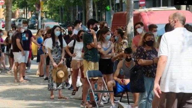 Jóvenes aguardan cola para vacunarse en el centro de salud Ramon Turró de Barcelona. Imagen de EFE / 20Minutos.es.