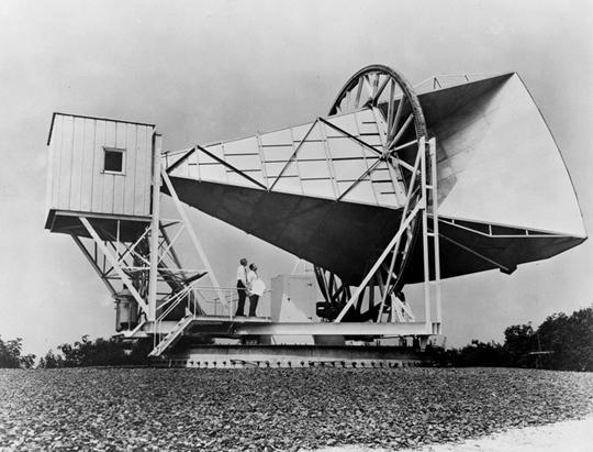 Arno Penzias y Robert Wilson en la antena de Holmdel (Bell Labs, Nueva Jersey) con la que descubrieron la radiación de fondo de microondas. / NASA.