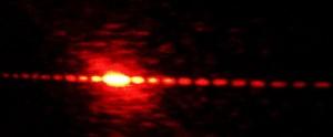 Láser difractado usando rendija doble. Foto tomada en el laboratorio de óptica de la facultad de ciencias de la UNAM. / Lienzocian (CC-BY-SA)