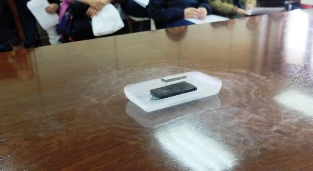 Imán levitando sobre un superconductor