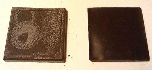 En la pastilla de chocolate de la izquierda puede verse el fenónmeno del 'fat bloom'. / Marcpablo8 (CC-BY-SA-3.0), vía Wikimedia Commons,