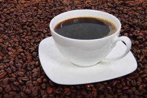 Taza de café sobre granos