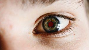 Efecto 'ojo rojo' en la pupila. / Liam Welch vía Unsplash.