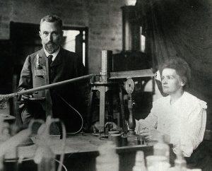 Pierre y Marie Curie en su laboratorio. / Wikimedia Commons