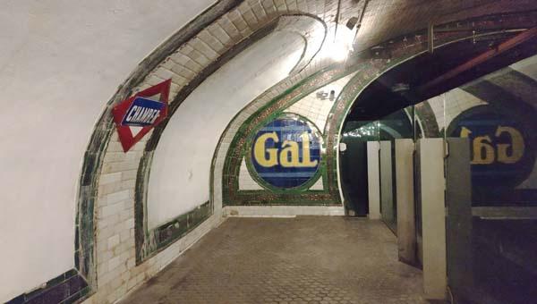 Estado actual de la estación de Metro de Chamberí (Madrid), alicatada con azulejos blancos y decorada con piezas coloreadas y/o con reflejo metálico. / Laura Llera
