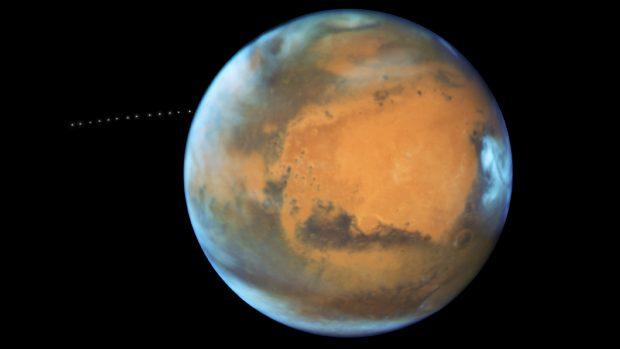 Captura de parte de la órbita que realiza Fobos alrededor de Marte. / NASA, ESA y Z. Levay (STScl)