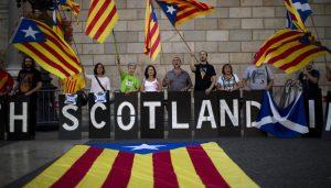 Independentistas catalanes a favor de la secesión de Escocia del Reino Unido