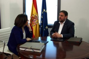 Oriol Junqueras conversa con Soraya Sáenz de Santamaría