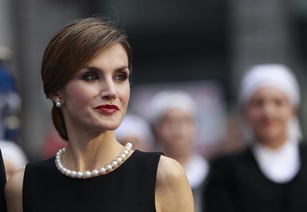 Letizia, a su llegada a los Premios Princesa de Asturias 2015 con collar de perlas herencia de la Reina María Mercedes
