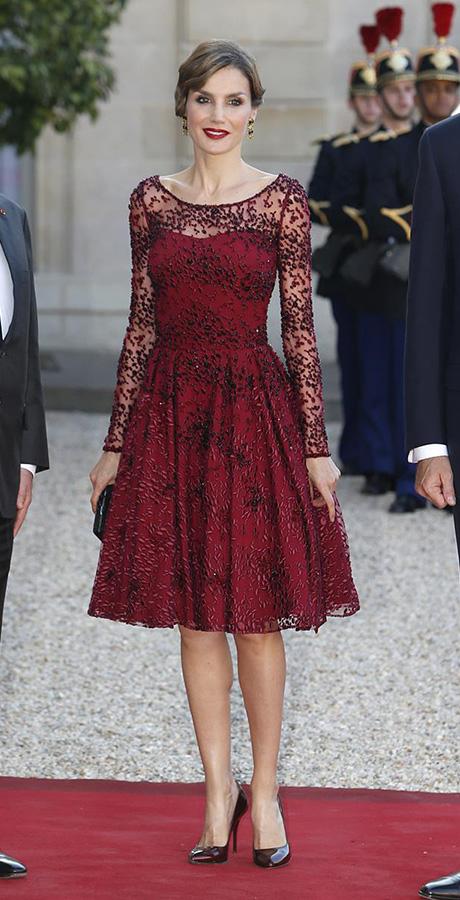 La reina también estrenó en París , uno de sus looks más aplaudidos el año pasado, este precioso vestido de Felipe Varela, bordado con hilo y cristal de borgoña