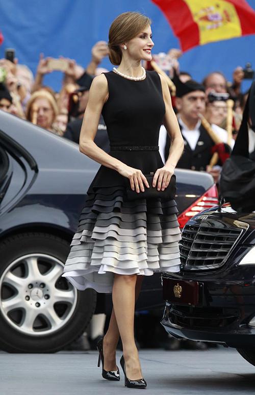 Letizia, con un recogido bajo, llevaba un increíble collar de perlas herencia de la Reina María Mercedes