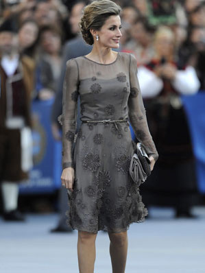 Doña Letizia escogió este vestido en seda de Varela para una edición de los Premios Príncipes de Asturias