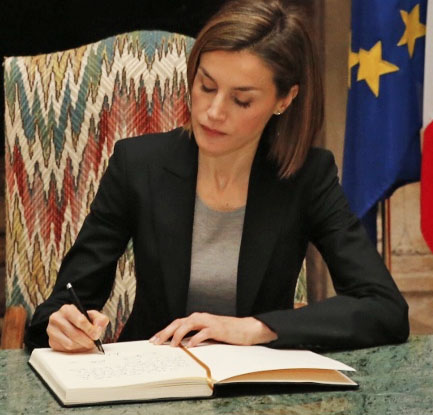 Doña Letizia firmando en la Residencia de Francia