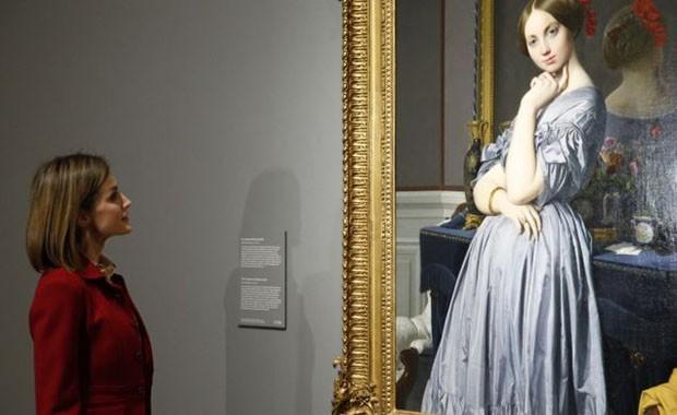 Doña Letizia contempla el retrato de la Condesa de Haussonville, obra de Ingres