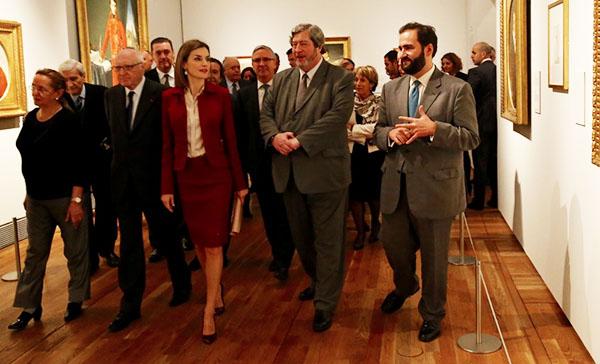 Doña Letizia, junto a los comisarios y las personalidades que la acompañaban, durante su recorrido por la exposición