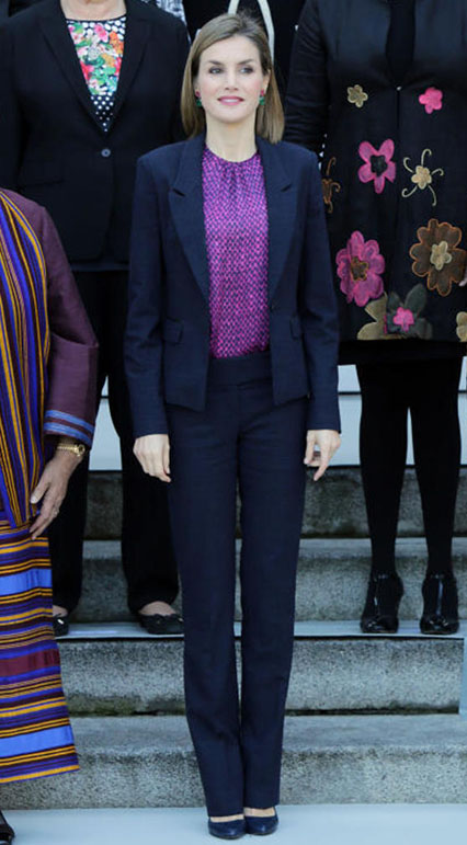 Doña Letizia Ortiz, ayer, con un traje de Hugo Boss y una camisa de Carolina Herrera