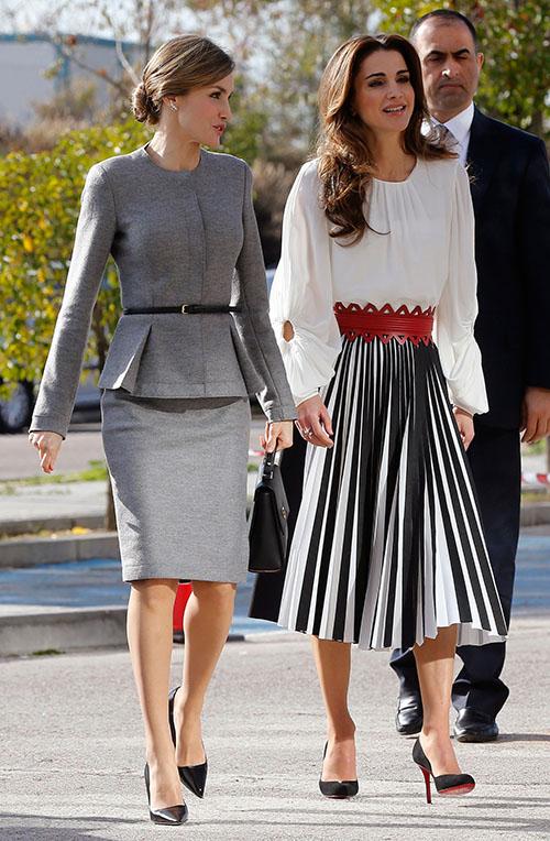 Doña Letizia Ortiz y la Reina Rania de Jordania, a su llegada al Campus de Cantoblanco.