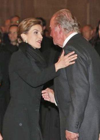 Doña Letizia saluda al Rey Don Juan Carlos en el funeral