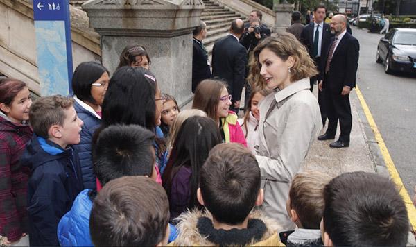 Charlando con escolares a la salida de la Biblioteca Nacional