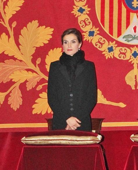 Doña Letizia, con abrigo negro y bufanda negra, en el funeral en la Basílica del Monasterio del Escorial